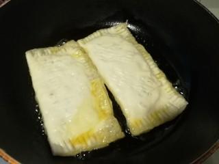 香蕉派,放到不粘锅里煎(用烤箱烤也行)