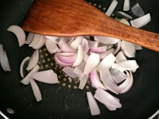 西红柿鸡肉焗饭,热锅下油炒香洋葱