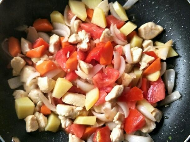 西红柿鸡肉焗饭,下入西红柿煸炒