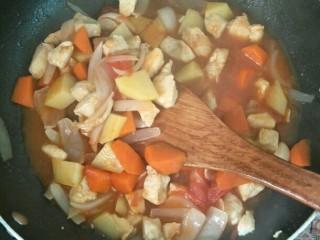 西红柿鸡肉焗饭,加盐、鸡精调味,大火收汁,留一些底汁更好吃