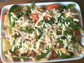 西红柿鸡肉焗饭,再铺上青椒丝,撒一层芝士,放入预热好的烤箱200度烤15分钟