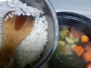 山药、胡萝卜大米粥,大火煮开,中火煮30分钟,放入适量隔夜米(昨天在单位吃饭大米多了,下班拿回家的,如果没有熟的大米,开始就把生大米一起放入砂锅中)。