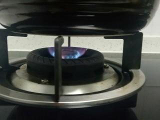 山药、胡萝卜大米粥,转小火煮20分钟。