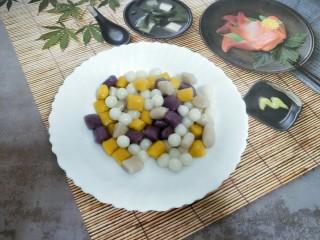 芋圆小火锅,烧一锅热水,放入芋圆和小丸子煮到浮起捞出