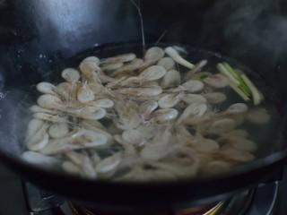 美极油淋虾,倒入白虾,焯至水再次沸腾。捞起沥干,倒在香菜上。