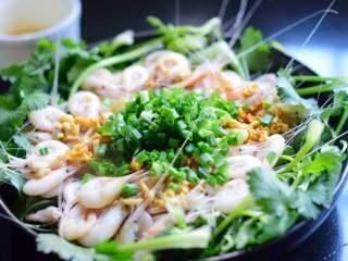 美极油淋虾,撒上葱花。