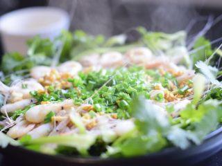 美极油淋虾,另用一口干净的锅,将油烧热,趁烫倒在虾面的葱花上。