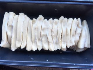 手撕沙拉酱面包,横着排列在模具里