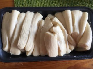 手撕沙拉酱面包,进行二次发酵,发至两倍大