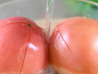 番茄+牛肉丸+豆腐,这绝对是你值得拥有的冬日滋补暖胃秘籍,番茄划十字刀,再淋上沸水