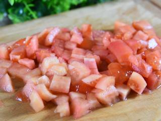 番茄+牛肉丸+豆腐,这绝对是你值得拥有的冬日滋补暖胃秘籍,去皮后,切丁备用