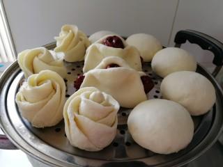 锅里开出两朵花_白莲花馒头,把其他的馒头,枣馒头还有白莲花馒头放进蒸锅的上层盖好锅盖。