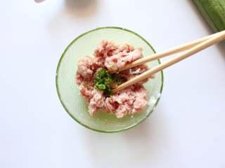 宝宝丝瓜酿肉(适合14个月龄以上的宝宝),加入小香葱碎后备用