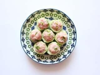 宝宝丝瓜酿肉(适合14个月龄以上的宝宝),用小勺,把肉馅装进丝瓜小凹槽内