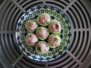 宝宝丝瓜酿肉(适合14个月龄以上的宝宝),热水上汽后 蒸5分钟即可。不要蒸久了,不然丝瓜的颜色就不好看了