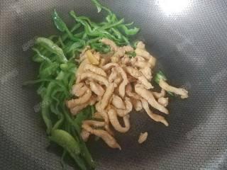 青椒炒鸡脯,青椒断生后放入鸡脯肉