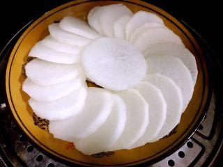 清蒸萝卜,码盘好的白萝卜放入蒸锅
