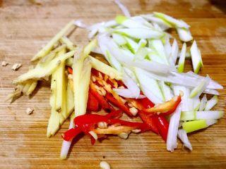 清蒸萝卜,辣椒,葱,姜切丝备用