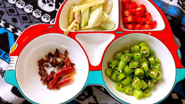 小炒排骨,把辣椒切段,所需的葱姜蒜准备好