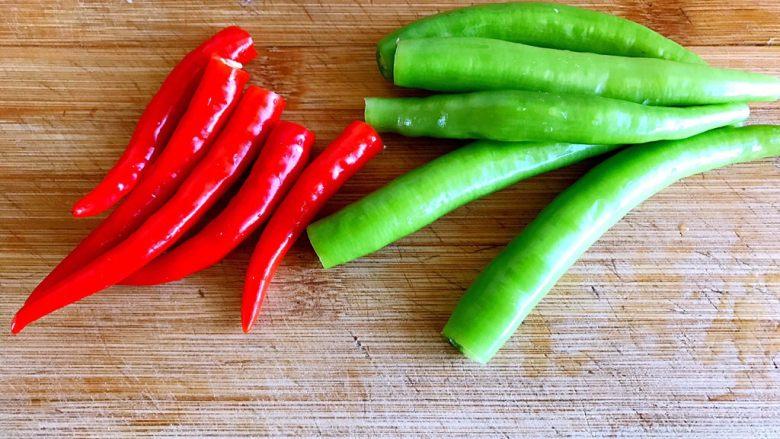 小炒排骨,煮排骨的时间把辣椒洗干净去蒂
