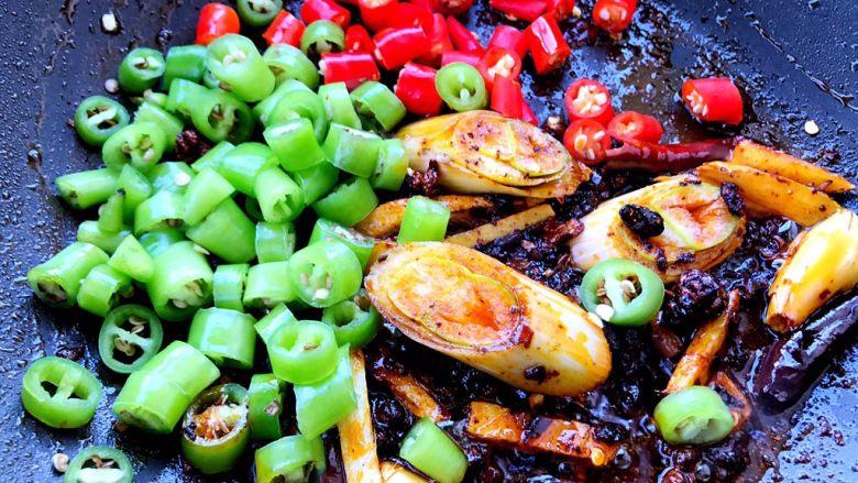 小炒排骨,加入切好的辣椒段翻炒