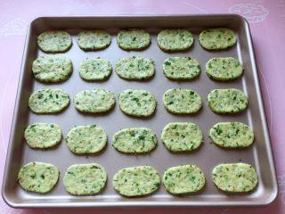芝麻香葱饼干,将所有的饼干摆放在不粘烤盘中,如果不是不粘烤盘,记得要垫一张油纸哦。