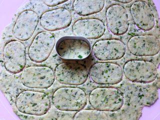 芝麻香葱饼干,用饼干模具压出形状。(如果没有模具,可以用刀切成长方块)