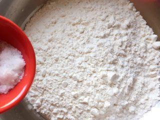 芝麻香葱饼干,将面粉倒入干净大盆中,然后加入盐
