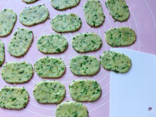 芝麻香葱饼干,小心去掉周边的面片,(去掉的面片还可以重复擀开使用)然后用刮刀移铲到不粘烤盘上。
