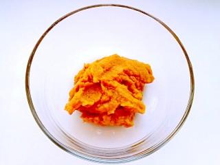 南瓜华夫饼,南瓜去皮切片蒸熟,取南瓜泥。