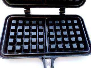 南瓜华夫饼,在华夫饼模具上刷一层薄薄的融化的黄油,放置于聚能灶上预热。