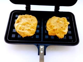 南瓜华夫饼,取适量面糊放在预热好的华夫饼模具上。