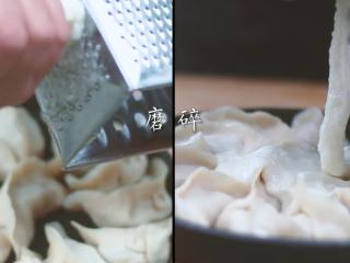 和风饺子,将山药去皮,磨碎淋在饺子上。