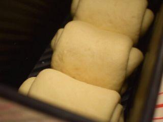 奶香土司,继续微波炉第二次发酵至8分满,温度在38度左右