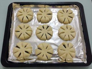 豆沙花式面包,排放入烤箱