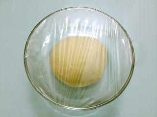豆沙花式面包,把面团揉圆,盖上保鲜膜放温暖处发酵2-2.5倍大