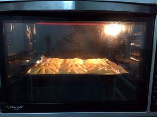 豆沙花式面包,放入预热好的烤箱,上火120度,下火150度,中层15分钟(上色满意加盖锡纸)