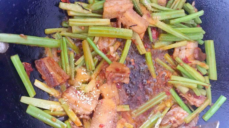 干锅土豆片,佐料加进去以后,翻炒几下