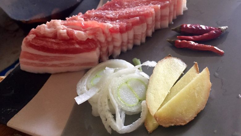 干锅土豆片,精品<a style='color:red;display:inline-block;' href='/shicai/ 428'>五花肉</a>切薄片,不建议切太厚哦,薄薄的肉片才能炒至透明达到最好的口感,然后准备好葱姜,根据喜好准备适量辣椒
