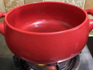 坤博砂锅芥菜煲,坐砂锅加油烧热
