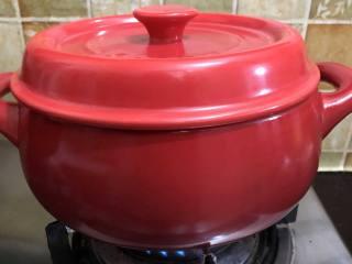 坤博砂锅芥菜煲, 盖上盖子煲至菜梗变软即可