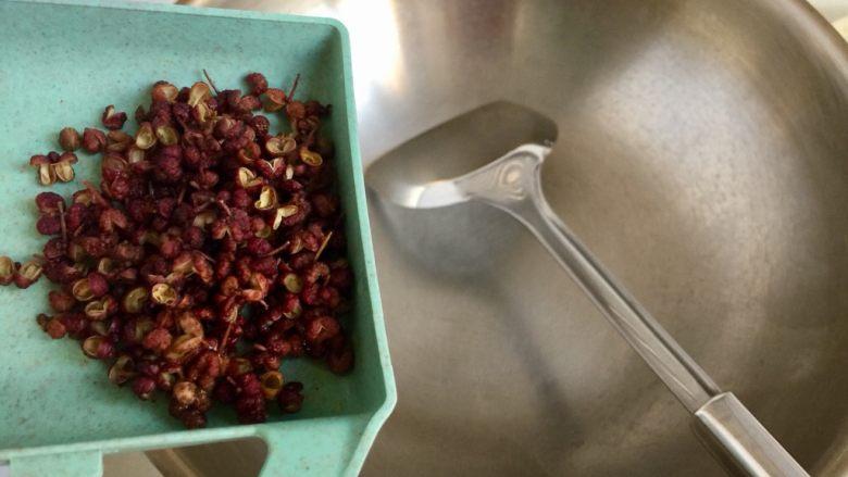 山药胡萝卜牛肉煲,热,小火加入花椒煸干水分,再加入食用油(煸干水分再加油以免炸锅烫伤自己)