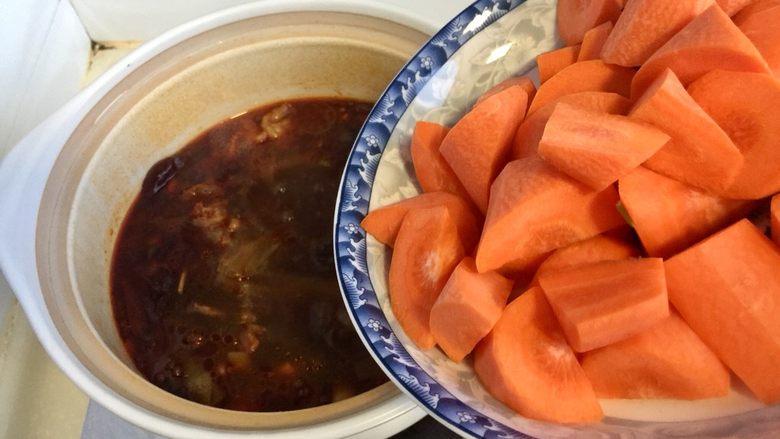 山药胡萝卜牛肉煲,加入胡萝卜块,中火烧开