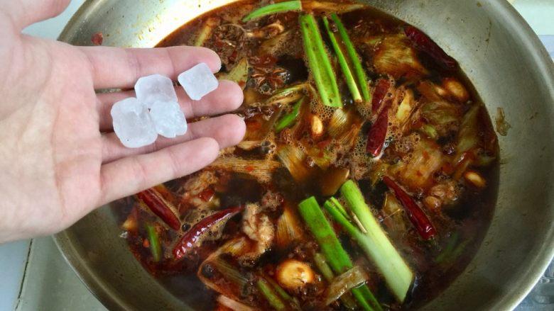 山药胡萝卜牛肉煲,加入数颗冰糖,搅拌让冰糖融化