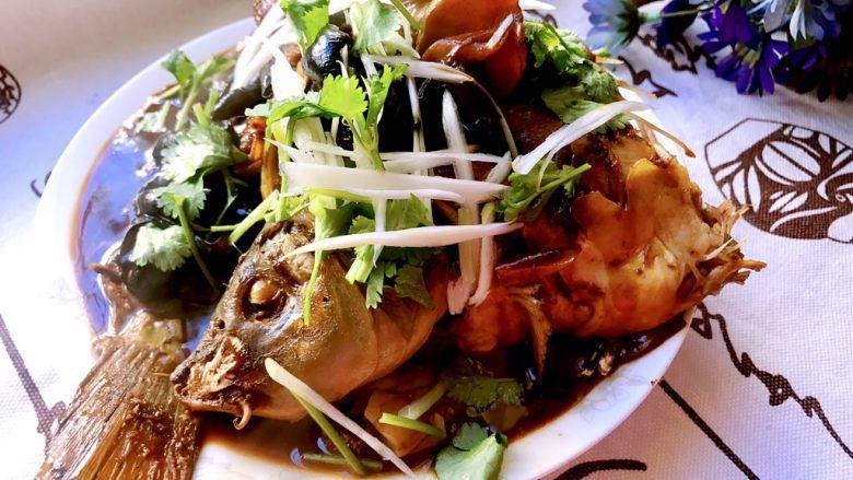 红烧鲤鱼,鱼肉很容易熟,时间久了就容易破坏外形,20分钟后后关火,现在把鱼盛盘了,洒上葱叶,葱叶可以上桌了~