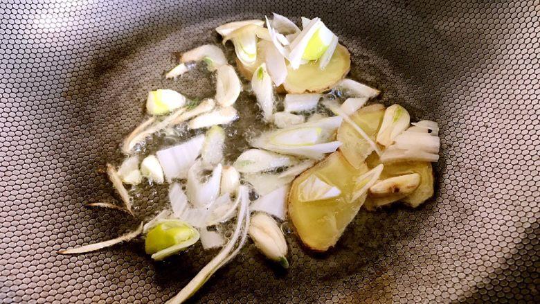 红烧鲤鱼,锅里加底油预热放入葱姜蒜煸香
