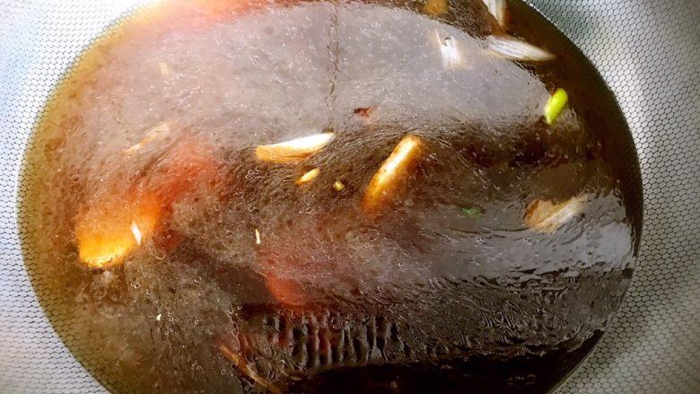 红烧鲤鱼,加入适量清水