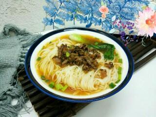 天冷 那就来碗热汤面 ,放上面条,芽菜,拌拌加可以享用了。
