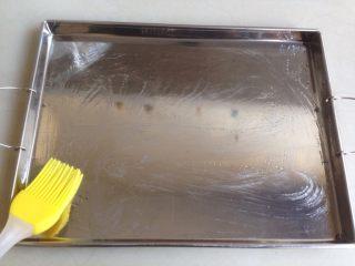磷虾肠粉,刷一层油在肠粉盘上