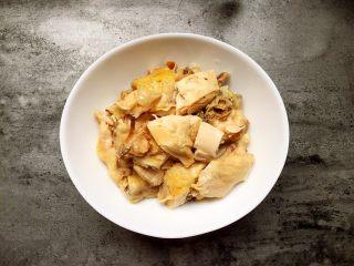口水鸡,煮好的鸡肉切好放入碗中。